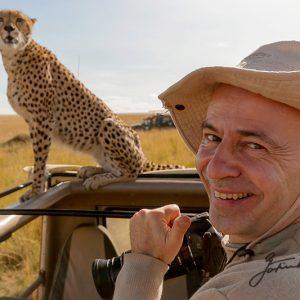 Jo-mit-Gepard-im-Jeep,-Jo-and-cheetah-in-the-jeep-Masai-Mara-Kenia-Africa Wildlife & Nature